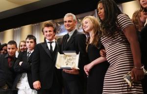 Penn, o diretor e o elenco do filme em Cannes